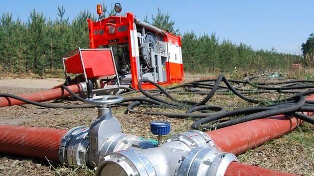Voda proudí speciálními hadicemi přímo z řeky Moravy blíž k požáru. Je třeba ji přečerpávat speciálními čerpadly.