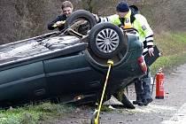U Hodonína bouralo osobní auto, které skončilo na střeše. Tři lidi jsou zranění.