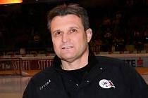Sportovní manažer znojemských Orlů Rostislav Dočekal pomáhal trenérovi Jiřímu Režnarovi i jako asistent.