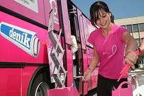 Růžový autobus byl stále plný žen