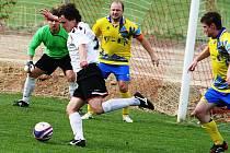 Kapitán Tomáš Valihrach (ve žlutém) patří ke klíčovým hráčům Uhřic.