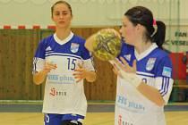 Házenkářky Veselí nad Moravou vyhrály v Bratislavě o osmnáct branek. Na zisku dvou bodů se podílely i kapitánka Klára Jandásková (vpravo) se spojkou Janou Šustkovou.