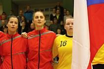 Mladá veselská spojka Jana Šustková (na snímku uprostřed) porážku českého juniorského týmu s Německem neodvrátila.