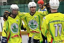 Hokejbalisté Sudoměřic Jan Kaluža a Matěj Fraňo se radují ze třetí branky, které napínavý sobotní duel nakonec rozhodla.