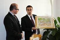 Po podpisu memoranda došlo na dary. Starosta Biogradu daroval starostovi Kyjova obraz olivovníku.