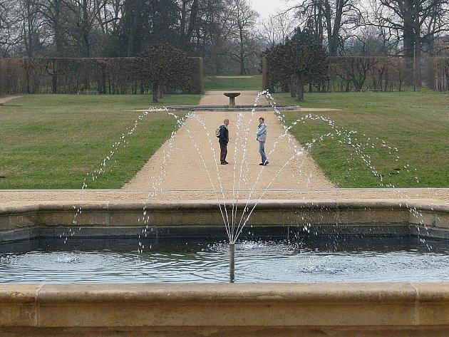 Turisté zamířili i do zámecké zahrady, i když se ještě nezelená.
