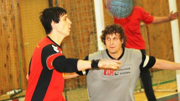 Národní házenkáři Veselí nad Moravou (vlevo) postoupili z prvního místa do čtvrtfinále Českého poháru, které v únoru hostí Brno.