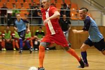 Futsalista Radim Kleiber (v červeném dresu) se podílel na obou brankách Tanga. Béčko Hodonína ale doma poločasové vedení 2:1 neudrželo a s Atraps-Hombres Brno prohrálo 2:7.