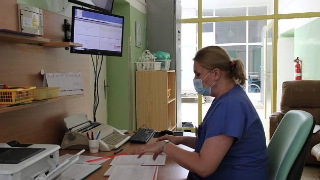 Zdravotníci kyjovské nemocnice mohou sledovat díky nových kardiotokografům s centrálním monitorem činnost srdce před porodem i během něj.