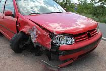 S červeným Volkswagenem Golf najel do mostu přes Kyjovku.