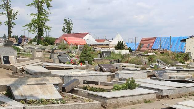 Obce na jihu Moravy po ničivém tornádu.