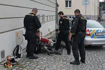 Policejní honička se odehrála ve čtvrtek dopoledne v hodonínských ulicích. Strážci zákona pronásledovali muže, který jel na motorce bez značek. Snažil se jim ujet. Jeho zběsilá jízda skončila u radnice.