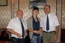 Jan Kux (vlevo) s místními novináři.