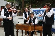 Druhý ročník cimbálového festivalu v petrovských Plžích. Vystoupení Musica Folklorica.