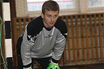 Brankář Kapacit Dalibor Zeman musel se svými spoluhráči v Kyjovské halové lize skousnout porážku s Zweigeltrebe 4:8.