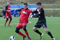 Fotbalisté divizního Hodonína (v červených dresech) prohráli na umělé trávě třetiligové Kroměříže 0:3.
