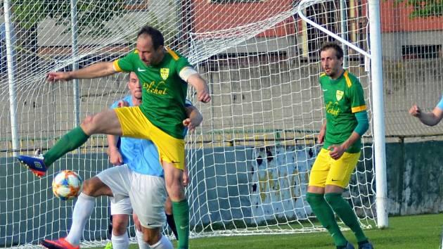 Fotbalisté FK Mutěnice (zelené dresy). Ilustrační foto
