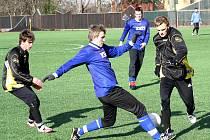 Hodonín prohrál na umělé trávě v Dubňanech s třetiligovým Slavičínem 1:4. Na snímku bojuje o míč hodonínský zadák Petr Spazier se zadák Slavičína.