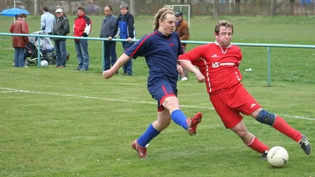 Vnorovský Knotek (v červeném) bojuje o míč s tvarožským J. Hudečkem.