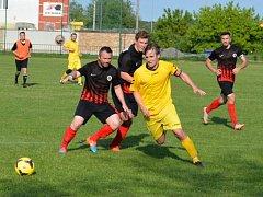 Fotbalisté Dolních Bojanovic (v černých dresech) nezvládli utkání proti prvnímu celku okresního přeboru Šardicím