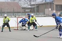Hokejbalisté Sudoměřic (žluté dresy) šestibodový zápas nezvládli.