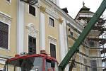 Dělníci se pustili do oprav fasády, která už je stará více než patnáct let.