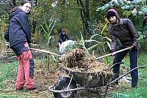 Na dvacet dobrovolníků budovalo o víkendu výukovou zahradu hodonínského ekocentra.