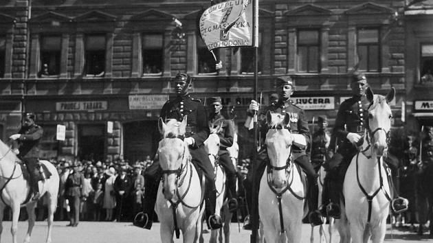 Na náměstí se standartou, věnovanou městem 7. pluku v r. 1930.