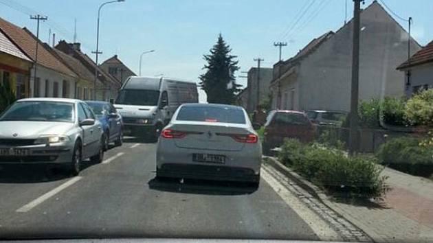 Dopravní peklo zažívají řidiči při průjezdu Vracovem. Silničáři tam začali bez varování opravovat průtah obcí na silnici I/54 z Kyjova do Bzence. Špatné je značení i řízení dopravy.