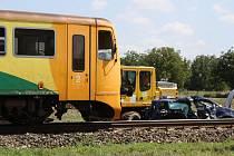 Ve Strážnici se na přejezdu srazil vlak s autem. Nehoda si vyžádala tři zraněné.