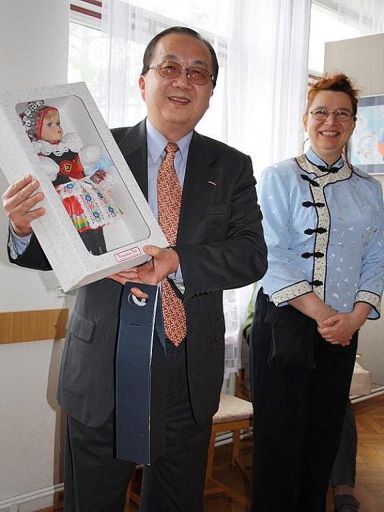 Malířka Nataša Suttá a tchajpejským ambasadorem zahájili seminář tchajwanského filmu ve Veselí nad Moravou.