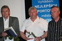 Cenu za zásluhy pro rozvoj sportu obdržel bývalý fotbalista Jiří Vinca (vlevo) a šéf Sokol Dacom Pharmy Kyjov Vladimír Hušek (vpravo)