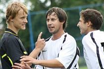 Fotbalistům Hroznové Lhoty Ondřeji Bílovi (vlevo) a Lukáši Lipčíkovi se nelíbil výkon mladého asistenta rozhodčího Lukáše Votka.
