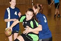 Házenkářky Hodonína (v černo-zelených dresech) v kvalifikaci o postup do ligy starších žákyň propadly.