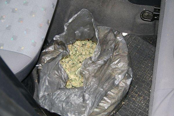 Policisté zajistili vDubňanech na Hodonínsku dva a půl kilogramu marihuany a šest tisíc eur. Zadrželi kvůli tomu trojici Afghánců a dva Čechy.