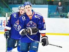 Zlínský odchovanec Jakub Kužílek, který přišel na Slovácko v rozehraném ročníku z Nového Jičína, se vedle mazáka Petra Pokorného učí dospělému hokeji a sbírá cenné zkušenosti.