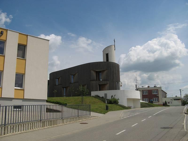 Bukovanští postupně vylepšují střed obce. U kaple stojí socha svatého Jana Pavla II. Naproti je posezení s lavičkami a stromem, které se podařilo vytvořit v projektu Srdce obce. Nyní přijde řada na obecní úřad.