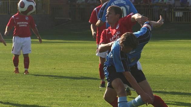 Mutěnický kapitán Obal (v modrém) bojuje o míč se svým bývalým spoluhráčem Štěpanovským, který nyní hájí barvy Šardic.