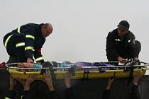 Desítky hasičů vyprošťovali u hodonínských kasáren účastníky střetu mezi škodovkou a zájezdním autobusem.