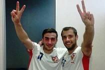Záložník RSM Hodonín Vlastimil Polák (vpravo) se z postupu raduje společně s fotbalistou Bzence Tomášem Zůbkem.