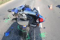 Motorkář skončil v nemocnici po nehodě v Hodoníně.