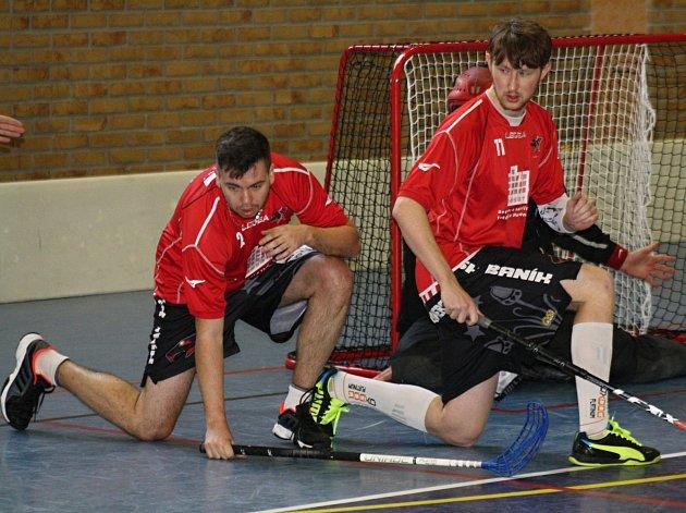 Florbalisté Ratíškovic František Vácha (vlevo) s Tomem Blahou blokují střelu jednoho z hráčů soupeře.