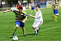 Nejlepší střelec první A třídy Jakub Bábíček (ve žlutomodrém) vyšel i ve třetím jarním duelu střelecky naprázdno. Ratíškovice ale doma s Lanžhotem vyhrály 1:0.