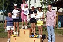 Nejlepší tenistky v kategorii mladších žákyň na stupních vítězů společně s hlavní organizátorkou Marií Leciánovou a kyjvoským starostou Františme Luklem.