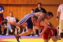 Mladým hodonínským zápasníkům se v Meziboří dařilo. Titulem juniorského mistra České republiky se může pochlubit Luboš Horníček (na snímku v modrém dresu) i Dominik Dobeš.