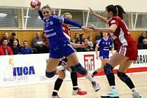 Trefa slovenské pivotky Kristíny Pastorkové (v modrém dresu) rozhodla čtvrteční duel házenkářek Veselí nad Moravou v Praze proti domácí Slavii.