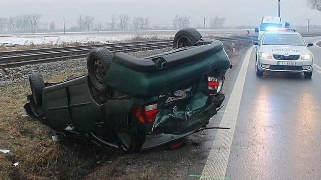 S ranní námrazou na silnicích se ve středu potýkali řidiči na Hodonínsku. Mezi Vracovem a Vlkošem se vyboural muž za volatantem Volkswagenu Polo. Dostal smyk a převrátil se přes střechu. V Kyjově za podobného scénáře narazila řidička peugeotu do zábradlí