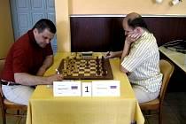 V Prušánkách se minulý týden představilo třiadvacet šachistů ze čtyř evropských států. Hlavními favority byli Rusové Alexej Kireev (vpravo) a Michail Ivanov. Právě jejich vzájemný souboj určil celkového vítěze. Třetí skončil Němec Tauber.
