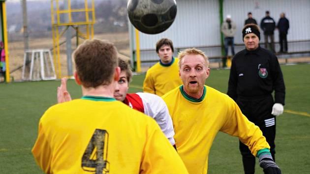 Zkušený záložník Mutěnic Pavel Němčický (ve žlutém) bojuje o míč ve středu hřiště. Vinaři remizovali v dalším přípravném zápase se slovenským Holíčem 4:4.