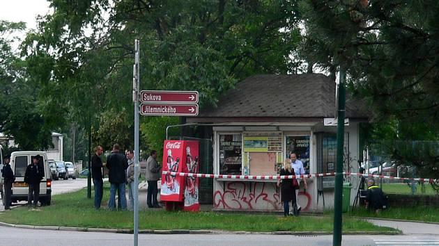 Policie při vyšetřování u novinového stáneku na Třídě bří Čapků